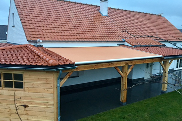 Houten berging met veranda