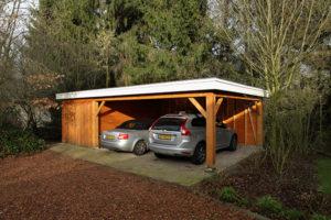Houten garage met carport voor twee autos