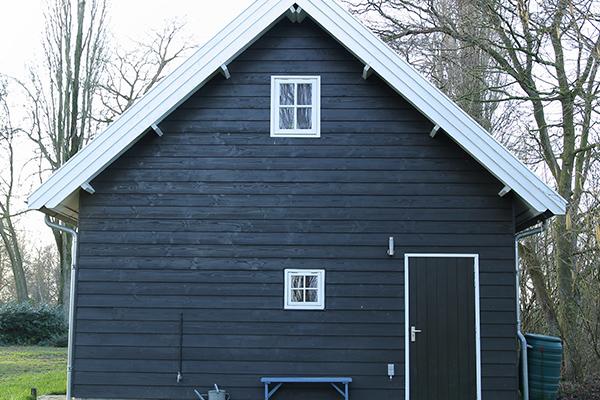 Houten garage met ruime overstekken