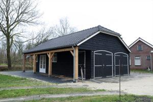 Houten nostalgische garage met luifel