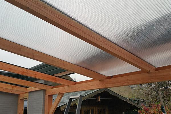 Houten veranda met dakplaten